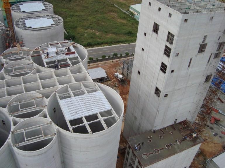 Một ví dụ về xây dựng công nghiệp. Tòa tháp bên phải cao gần 70 mét, được tạo nên sau 12 ngày đổ bê tông và 5 tháng chế tạo, lắp đặt cốp pha