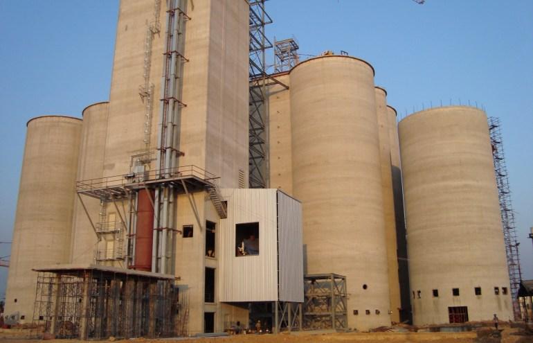Những silo chứa nguyên liệu và dây chuyền công nghệ cho nhà máy thức ăn chăn nuôi - phần chính của nhà máy.