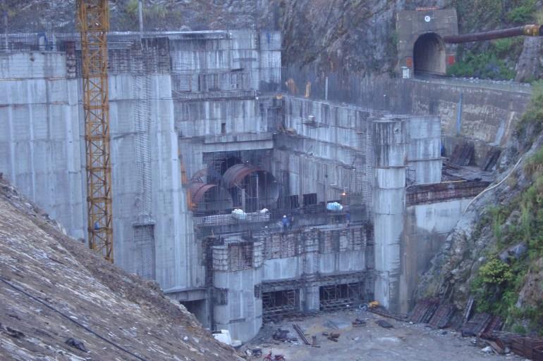 Cửa xả và gian máy nhà máy thủy điện