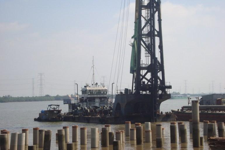 Đóng cọc làm cầu cảng ở Nhà bè
