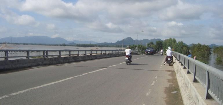 Cầu Tha la, trên đường từ Châu đốc đi Tịnh biên. Phía trước là vùng Bảy núi, An giang.