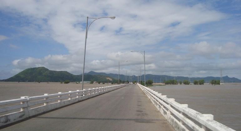 Cầu Xuân tô. Trước mặt là cửa khẩu Tịnh biên, dãy núi phía xa là đất Cam bốt, hai bên là đồng lúa.