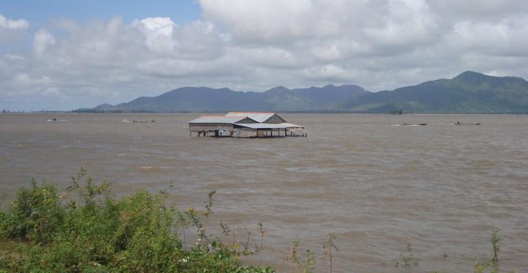 Cánh đồng biên giới mùa nước nổi. Mấy chiếc xuồng kia không biết là của ngưpì Việt hay người Miên, và cũng không biết chúng đang chạy trên đất Miên hay đất Việt.