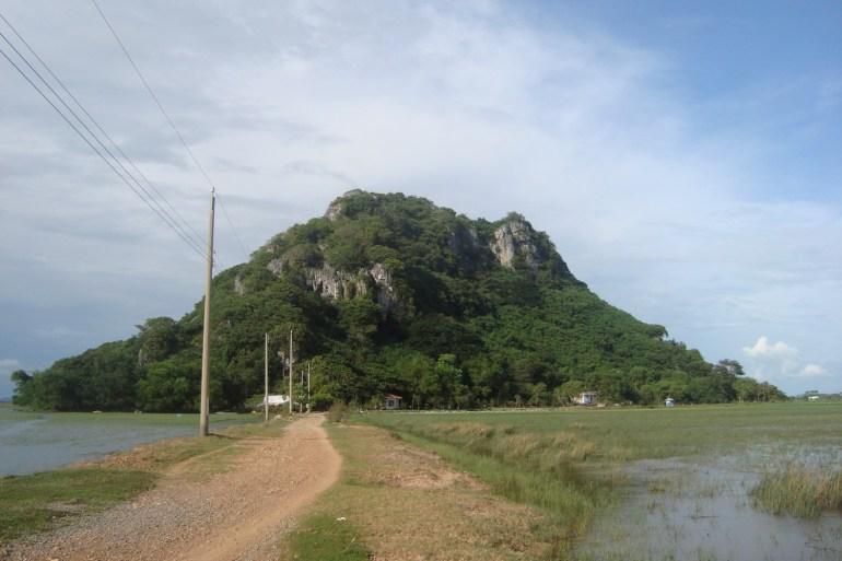 Núi Đá dựng. Trên Google Map hay Google Earth, núi này được ghi là nằm bên Cam bốt.
