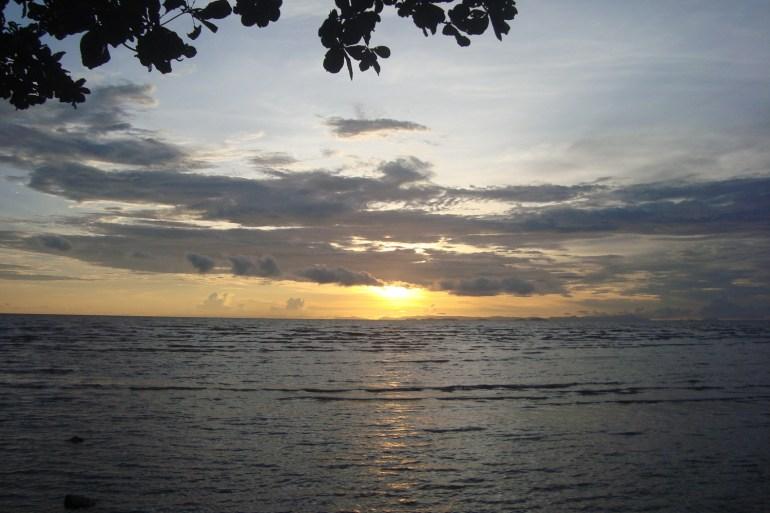 Hoàng hôn trên biển. Phía chân trời là đảo Phú quốc. Trên đất VN chỉ có Cà mau và Kiên giang là được ngắm chiều trên biển.
