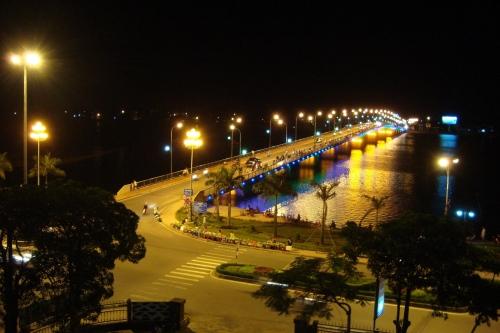 Cầu Nhật lệ nhìn từ balcony của khách sạn