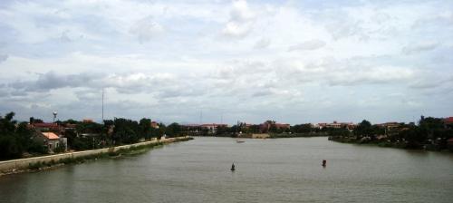 Sông Kiến giang, Lệ thủy. Có một tấm biển ghi rằng nhánh sông bên phải, cách khoảng 3, 4 km là quê nhà Đại tướng Võ Nguyên Giáp. Và trên internét có người nói rằng gấn đó là quê của cựu tổng thống VNCH Ngô Đình Diệm.