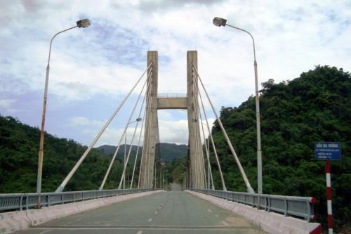 Cầu Dak'rong, điểm bắt đầu của đường 14 dài 1000km. Điểm cuối của con đường 14 này là thị trấn Chơn thành, Bình phước, cũng là điểm nối QL 14 với QL 13