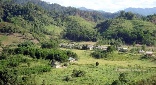 Một làng tái định cư. Nghĩa là quanh đây có một công trình thủy điện.