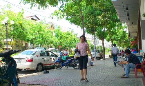 Lại ngồi vỉa hè của đường phố Sài gòn