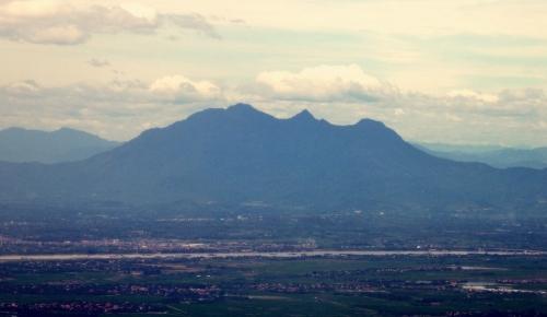 Núi Bavi, nhìn qua cửa sổ máy bay