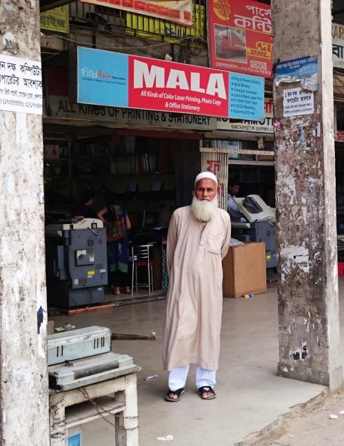 Trang phục được cho là cổ truyền của quê ta trên đường phố Bangladesh