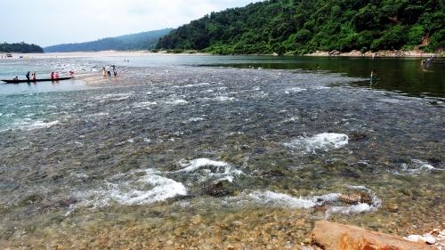 Một trong những điểm du lịch có tiếng của Bangladesh. Một dòng suối lớn trong vắt, mát lạnh từ khe núi bên Ấn độ chảy qua một bãi đá cuội, tạo nên một khung cảnh rất nên thơ. Bên phải bãi đá là đất Ấn độ, bên trái là đất Bawngladesh. Dường biên giới giữa 2 nước chạy suốt phía trước, men theo chân núi.